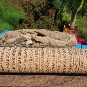 Tubi di bracciali in Sughero Naturali da 24 pezzi,larghezza 1 cm,lunghezza regolabile da un doppio bottone in metallo , con scritte marcate a caldo delle località turistiche, contattare per località disponibili